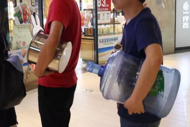抢购爆米花--不是吧大桶水都出来